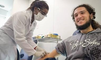 Matheus tira sangue em consulta periódica no Hospital das Clínicas da USP: ele e toda a sua família viraram voluntários nos testes de novas vacinas contra dengue e zika Foto: Marcos Alves / Agência O Globo