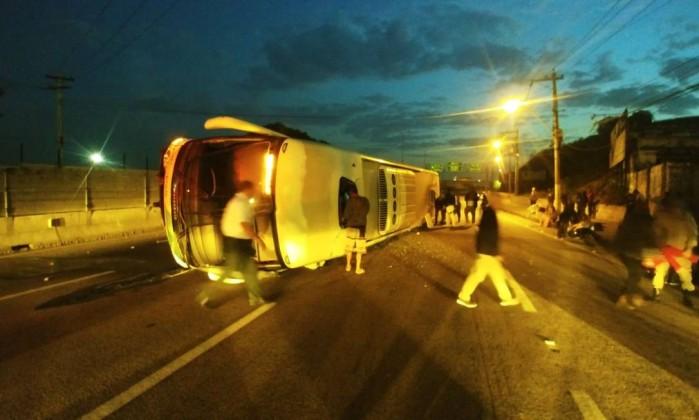 Resultado de imagem para ônibus da empresa Gontijo tombou no começo da manhã deste sábado