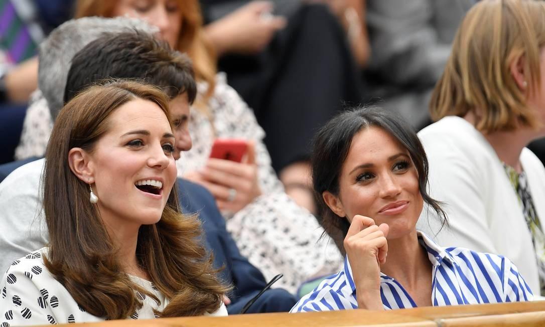 Kate Middleton e Meghan Markle na arquibancada de Wimbledon, assistindo ao jogo do espanhol Rafael Nadal contra o sérvio Novak Djokovic. Para quem será que elas estão torcendo? TOBY MELVILLE / REUTERS