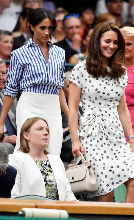 Meghan Markle e Kate Middleton chegam juntas ao camarote real em Wimbledon. A duquesa de Sussex foi de camisa social e calça branca, enquanto a duquesa de Cambridge optou por um vestido Foto: TOBY MELVILLE / REUTERS