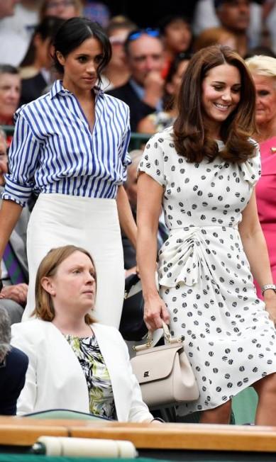 Meghan Markle e Kate Middleton chegam juntas ao camarote real em Wimbledon. A duquesa de Sussex foi de camisa social e calça branca, enquanto a duquesa de Cambridge optou por um vestido TOBY MELVILLE / REUTERS