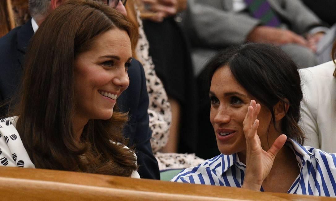 Kate e Meghan no maior papo de comadre durante o jogo OLI SCARFF / AFP
