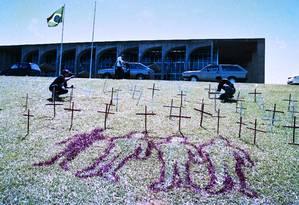 Manifestação em frente ao Congresso Nacional em 1996 por massacre de Eldorado do Carajás Foto: Gustavo Miranda / Agência O Globo