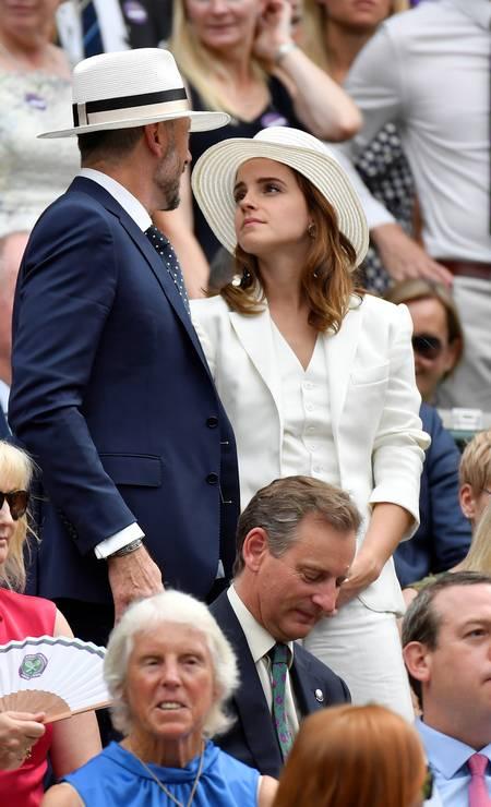 Emma Watson de terno e chapéu, em Wimbledon Foto: TOBY MELVILLE / REUTERS