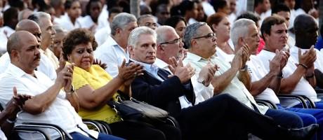 Presidente de Cuba, Miguel Díaz-Canel (centro, de roupa escura) aplaude durante evento em Havana Foto: ALEXANDRE MENEGHINI / REUTERS