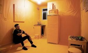 Maxwell em casa, na Rocinha, envelopada de papel pardo Foto: Leo Aversa