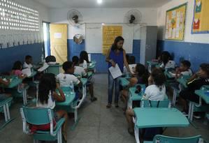 Alunos têm aula em uma escola no município de Nova Iguaçu, localizado na Baixada Fluminense Foto: Fábio Guimarães / Agência O Globo