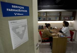 Consulta. Farmacêutica Tatiane Machado da Silva examina cliente na megaloja da Drogaria Venâncio em Copacabana Foto: Márcia Foletto