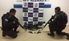 PM apreende um fuzil G3, um fuzil AR10, duas pistolas, uma granada, uma motocicleta sem placa e um colete balístico Foto: Divulgação/PM