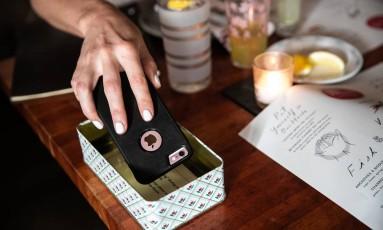 Chefe de restaurante em Nova York estimula clientes a deixarem celular de lado Foto: JEENAH MOON / NYT