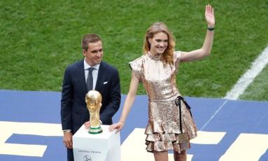 Ao lado do jogador alemão Philipp Lahm, Natalia Vodianova apresenta a taça no encerramento da Copa Foto: MAXIM SHEMETOV / REUTERS