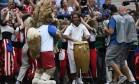 Brasileiro foi muito aplaudido quando apareceu tocando instrumento na festa de encerramento Foto: CHRISTOPHE SIMON / AFP