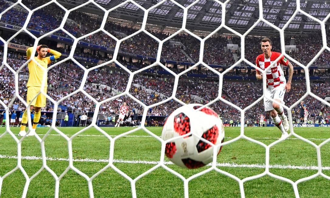 Mandzukic corre para pegar a bola no fundo da rede francesa para apressar o reinício da partida e tentar o empate DYLAN MARTINEZ / REUTERS