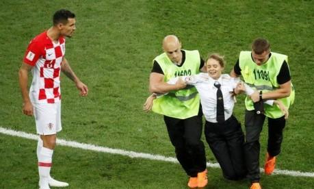 Invasão de campo interrompe final da Copa Foto: CHRISTIAN HARTMANN / REUTERS