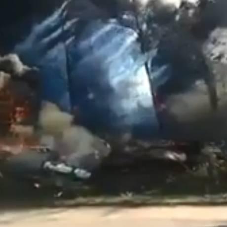 Construção pega fogo em Iraja Foto: Reprodução/Twitter (Informações RJ)