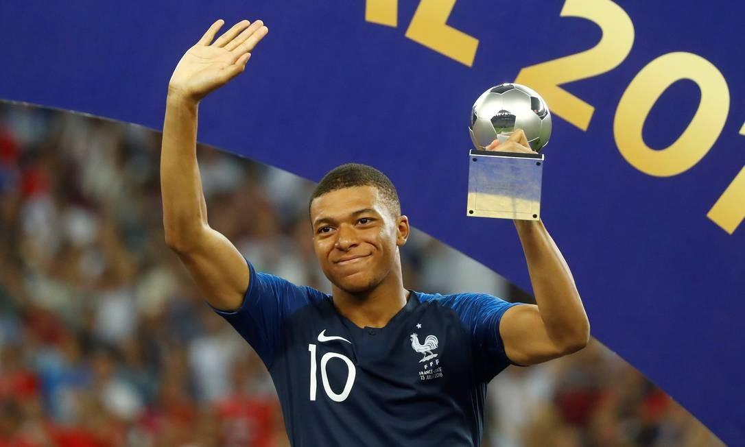 Kylian Mbappe recebendo o prêmio de melhor jogador jovem da Copa Foto: KAI PFAFFENBACH / REUTERS