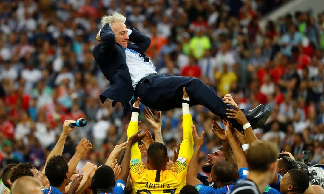 Técnico Didier Deschamps celebrado pelo seu elenco Foto: KAI PFAFFENBACH / REUTERS