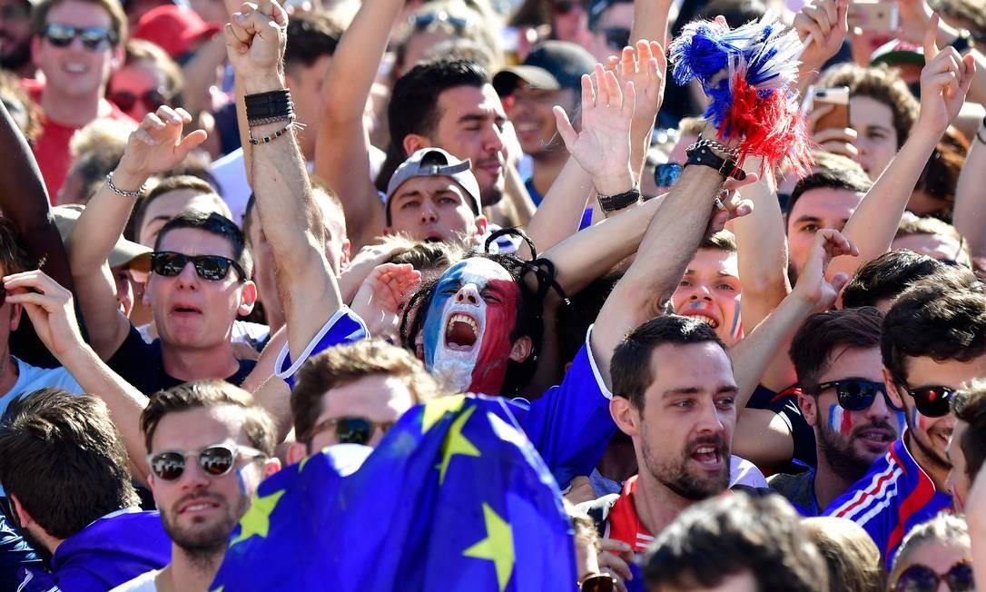 Reação de torcedor francês durante a transmissão da final Foto: TOBIAS SCHWARZ / AFP
