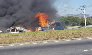 Acidente com dois carros interdita duas faixas na Avenida Brasil Foto: Adilson Moreira