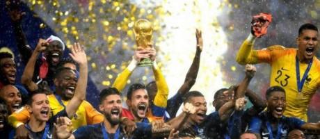 França levanta a taça de campeã mundial Foto: Getty Images