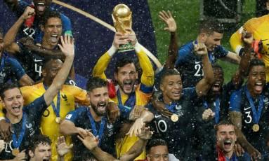 Goleiro francês Lloris, ao centro, ergue a Copa do Mundo Foto: ADRIAN DENNIS / AFP