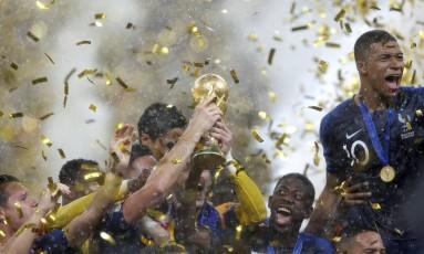 Mbappé (camisa 10) comemora o título mundial com companheiros da seleção Foto: Marcelo Theobald / O Globo