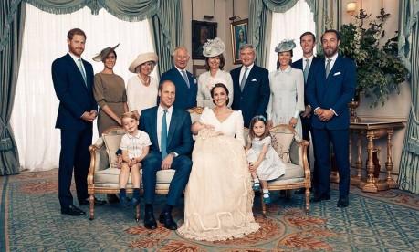 Família real britânica em foto oficial do batizado do príncipe Louis Foto: Divulgação/Matt Holyoak