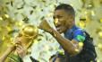 Camisa 10 da França, Mbappé comemora o título mundial Foto: DYLAN MARTINEZ / REUTERS