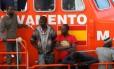 Migrantes resgatados de bote no Mar Mediterrâneo chegam a porto de Málaga em navio de resgate espanhol Foto: JON NAZCA / REUTERS