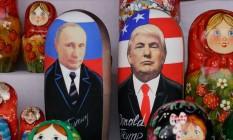 Matrioshkas representando Vladimir Putin e Donald Trump, à venda no mercado Izmailovo, em Moscou Foto: MAXIM ZMEYEV / AFP