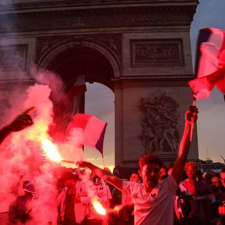 Torcedores franceses comemoram vitória na Copa do Mundo Foto: DANIEL BELOUMOU OLOMO / AFP