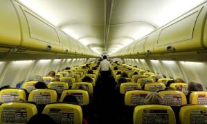 Cabine de um avião da low-cost Ryanair, em voo de Madri a Bergamo, na Italy Foto: Stefano Rellandini / REUTERS