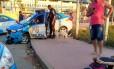 A viatura batida e os menores detidos no chão Foto: Divulgação