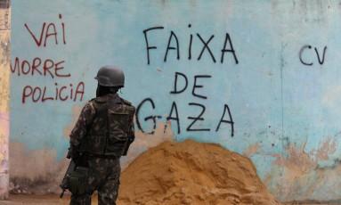 O Exército na Vila Kennedy, durante a ocupação que foi encerrada há um mês Foto: Fabiano Rocha / Agência O Globo / 08.05.2018