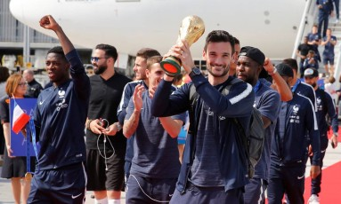 O capitão Hugo Lloris exibindo a taça da Copa do Mundo Foto: PASCAL ROSSIGNOL / REUTERS