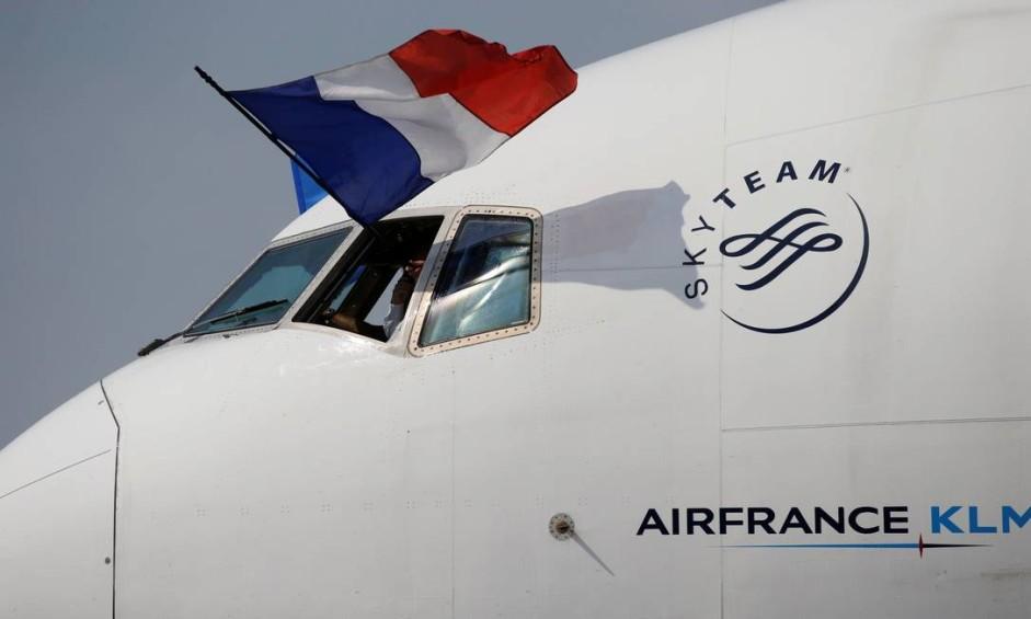 Avião que trouxe a seleção campeã pousou com a bandeira da França na cabine do piloto Foto: PASCAL ROSSIGNOL / REUTERS