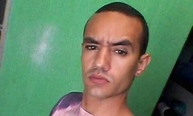 Stefanno Jesus Souza de Amorim, de 21 anos, está sendo procurado pela polícia Foto: Facebook/Reprodução