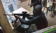 Assaltante armado invade restaurante no Jardim Botânico Foto: Reprodução / Whatsapp