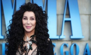 """Abram alas porque Cher quer passar! A cantora e atriz é uma das estrelas do elenco do filme """"Mamma Mia! Lá Vamos Nós de Novo"""", que teve pré-estreia nesta segunda-feira, em Londres Foto: HANNAH MCKAY / REUTERS"""