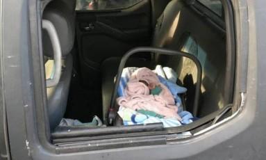 Bebê dentro de carro da polícia após ser localizado na Baixada Foto: Divulgação/Polícia Civil