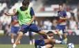 De colete verde, o zagueiro Ricardo Graça disputa bola em treino acompanhado por 3 mil torcedores Foto: Rafael Ribeiro/Vasco.com.br