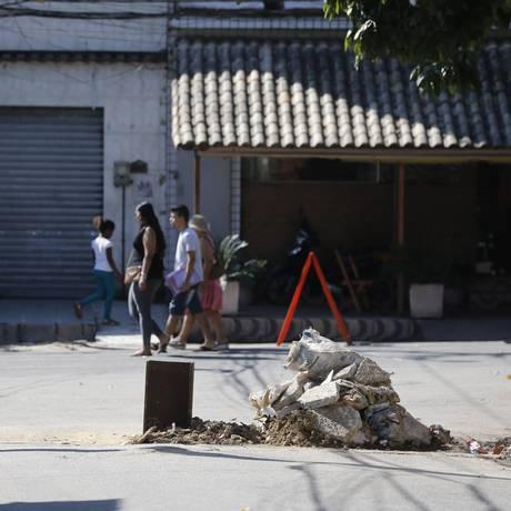 Traficantes voltam a instalar barricadas em vias da Vila Kennedy, usada como laboratório das Forças Armadas Foto: Agência O Globo