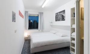 Quarto-cela do The Movement Hotel, que funciona em uma antiga penitenciária de Amsterdã Foto: Booking.com / Divulgação