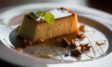 Pudim de queijo fresco com mel e nozes, da Adega Santiago Foto: Emily Almeida
