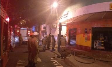 Farmácia pegou fogo em Vila Isabel, na esquina da Avenida Boulevard 28 de Setembro com Rua Duque de Caxias Foto: Reprodução / COR