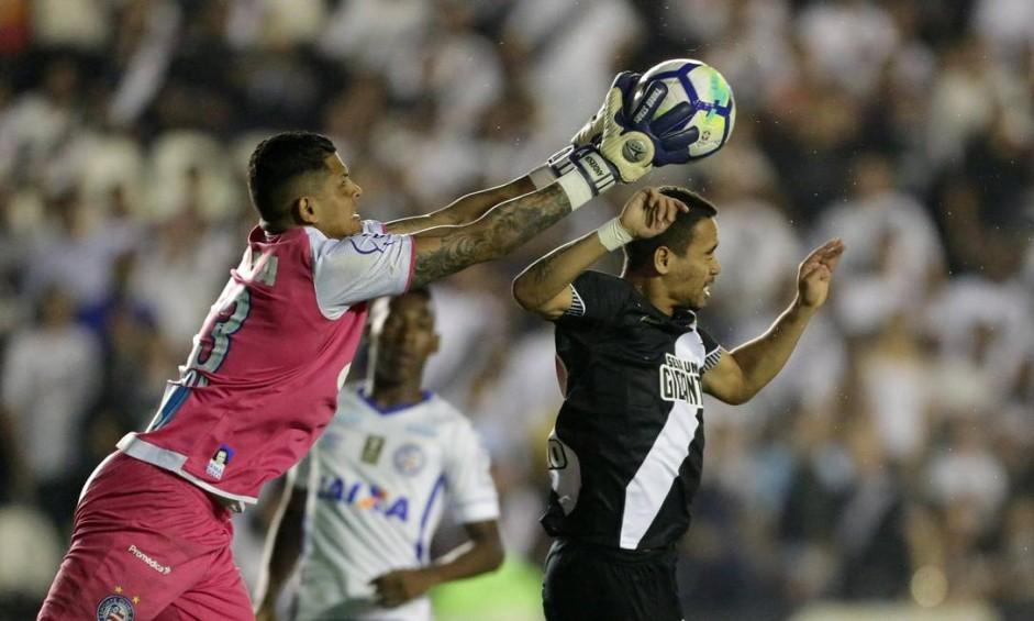 Pikachu disputa a bola com o goleiro Anderson, do Bahia Foto: Marcio Alves / Agência O Globo
