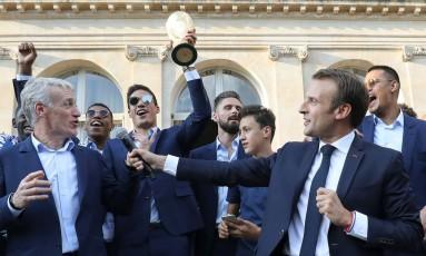 O técnico Didier Deschamps, à esquerda, e o presidente Emmanuel Macron durante a festa para os bicampeões mundiais Foto: LUDOVIC MARIN / AFP