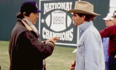 """Stan Dragoti, à esquerda, dirige Scott Bakula no set de """"Tirando o time de campo"""" (1991) Foto: Divulgação"""