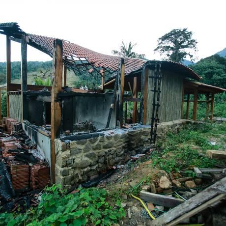 Casa onde o incêndio e o crime aconteceu ficou totalmente destruída Foto: Brenno Carvalho / Agência O Globo