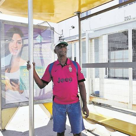 """Roberto não acredita na volta do 928, que o levava de Bonsucesso a Madureira: """"Tudo balela"""" Foto: Guilherme Pinto / Agência O GLOBO"""